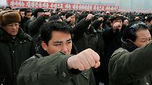 Marschierende Massen auf dem Kim-Il-Sung-Platz.