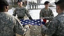 Wenn die Truppe geht, kommt die Fahne mit.
