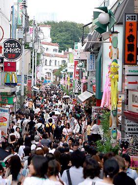 Japan fasziniert durch seine Mega-Städte - hier eine Einkaufsstraße in Tokio.
