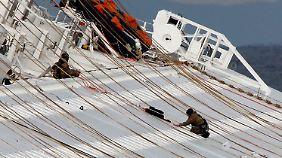 Die Rettungsarbeiten müssen vorerst unterbrochen werden - die Gefahr für die Helfer ist derzeit zu groß.