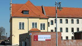 Blick auf das frühere Verwaltungsgebäude (l) des ehemaligen Jugendwerkhofs in Torgau mit dem sich anschließenden Zellentrakt (dahinter).