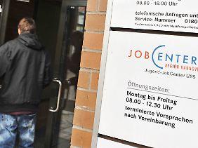 Die Zahl der Langzeitarbeitslosen hat insgesamt 2011 kaum abgenommen.