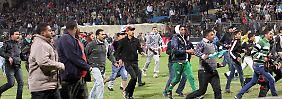 Chaos im Stadion von Port Said, mehr als 70 Menschen kamen hier nach ersten Berichten ums Leben.