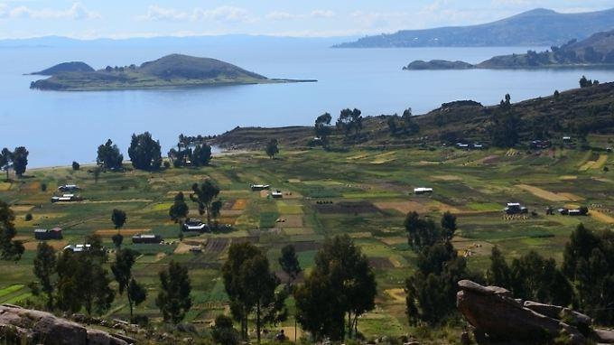 Die Aufnahme des Global Nature Fund zeigt die landwirtschaftliche Nutzung des in den peruanischen und bolivianischen Anden liegenden Titicacasees