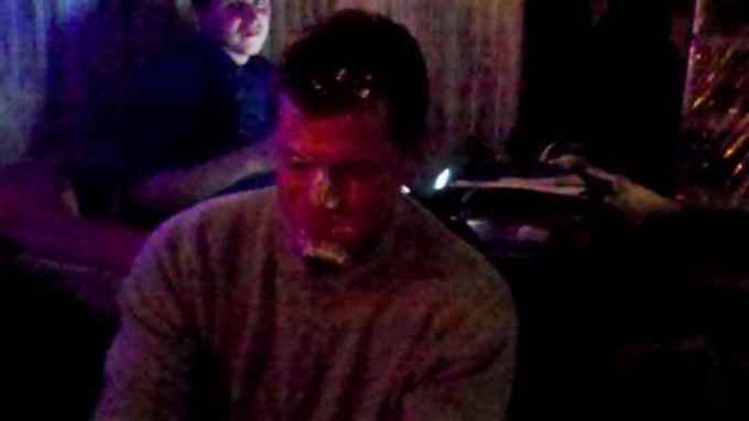 Guttenberg nach dem Tortenangriff. Er lächelt immerhin.
