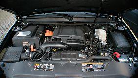Sechs Liter Hubraum dezent versteckt in einem ausladenden Motorraum. Links ist die Hybrid-Einheit zu erkennen.