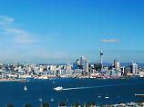 Um nach Devonport zu kommen, ist die Fähre der schnellste Weg. Vom Deck aus hat man außerdem einen schönen Blick auf Aucklands Skyline.