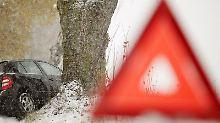 Was tun, wenn der Wagen von der Straße abkommt? Experten raten: Erst Warndreieck aufstellen, dann 112 anrufen. (Foto: Hannibal)