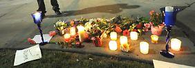 Fans trauern vor dem Hotel, in dem Houston tot aufgefunden wurde.