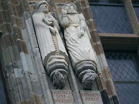 Die figürliche Darstellung von Katharina Henot (r.) hängt in Köln am Rathausturm.
