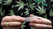 Einen Joint zu rauchen ist dem Bericht zufolge weniger ungesund ...
