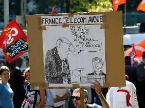 """""""Ihr sollt Euch zwar totarbeiten, aber doch nicht gleich umbringen"""", steht auf dem Plakat eines Demonstranten."""