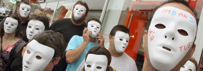 """""""Lombard hat mich umgebracht"""" steht auf der Maske eines streikenden Mitarbeiters."""
