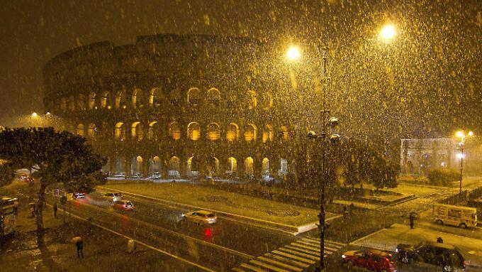 Eis und Schnee setzen dem Kolosseum in Rom derzeit mächtig zu.