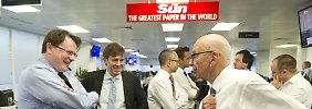 "Rupert Murdoch (r.) unterhält sich mit Redakteuren der ""Sun""."