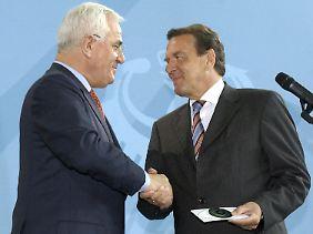 Peter Hartz überreicht Bundeskanzler Gerhard Schröder am 16. August 2002 das umstrittene Reformkonzept seiner Kommission.