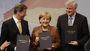 Anders als Gerhard Schröder und Joschka Fischer 1998, beim Start in die rot-grüne Koalition, stießen Merkel, Westerwelle und Seehofer nach der Unterzeichnung ihres Vertrags nicht mit Sekt, ...
