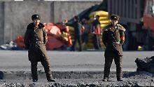 Nordkoreanische Grenzpolizisten am Fluss Yalu.