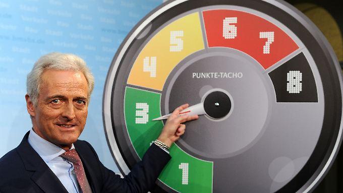 Bundesverkehrsminister Ramsauer (CSU) bei der Vorstellung der Neuregelung des Punktesystems neben einem sogenannten Punkte-Tacho.