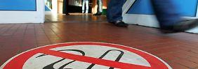 Rauchverbot zeigt Wirkung: Die Klinik-Behandlungen wegen eines Herzinfarktes sind um acht Prozent zurückgegangen.