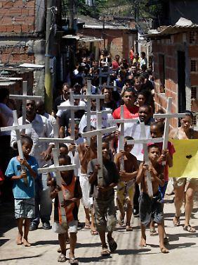 Protestzug von Kindern gegen die Gewalt in den Slums (Favelas) von Rio.