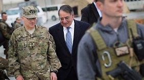 Panetta (M) besuchte US-Soldaten in Afghanistan.