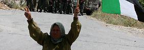 Der Konflikt zwischen brodelt seit Jahrzehnten: Eine Palästinenserin demonstriert vor israelischen Soldaten.
