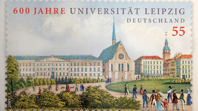 Die Sonderbriefmarke zum Jubiläum zeigt den Leipziger Augustusplatz um 1845 mit dem Augustueum (l), dem damaligen Hauptgebäude der Universität, und der Paulinerkirche (m).