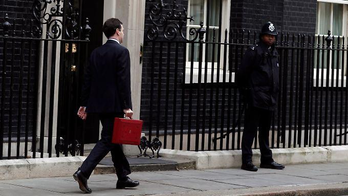 Brisanter Inhalt im Sparkoffer: Schatzkanzler George Osborne auf dem Weg zum Parlament.