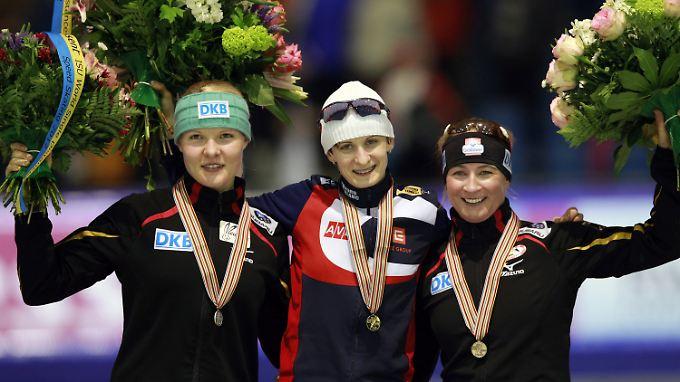 Martina Sablikova (M.) und Stephanie Beckert standen schon über 3000 Meter auf dem Treppchen. Diesmal gesellte sich Claudia Pechstein dazu.