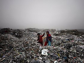 Lumpensammler auf einer Müllkippe in der Nähe der Stadt Amritsar.