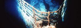 """... die Titanic schließlich ihren verheerenden Untergang in knapp 4000 Meter Tiefe begann, riss sie reihenweise Menschen in den Tod. Andere wurden erschlagen - von umherfliegenden Trümmern, dem umkippenden Schornstein oder weil sie auf dem sich neigenden Schiff den Halt verloren. Viele Menschen jedoch überlebten auch den eigentlichen Untergang und trieben, nachdem die """"Titanic"""" in der Dunkelheit verschwunden war, an der Meeresoberfläche. Ihnen ..."""