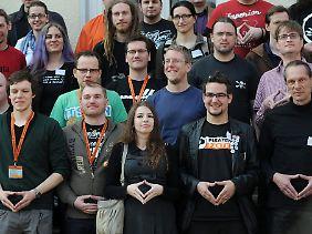 Noch üben sie nur: Piraten zeigen eine typische Geste von Bundeskanzlerin Merkel.