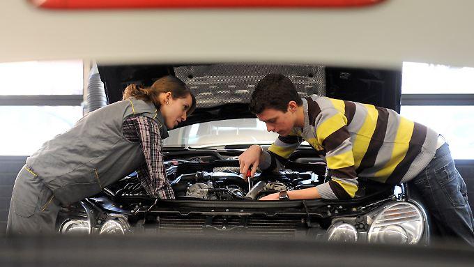 Wer Geld sparen will, der kann auch mit einem Neuwagen in eine freie Werkstatt gehen, ohne das die Garantie in Gefahr ist. Einige Regeln müssen dennoch beachtet werden.