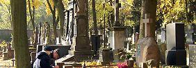 Um Gräber muss sich jemand kümmern. Ein Urnengrab ist meist pflegeleichter.