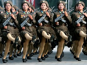 Machtdemonstration: Soldatinnen marschieren öffentlichkeitswirksam durch Pjöngjang.