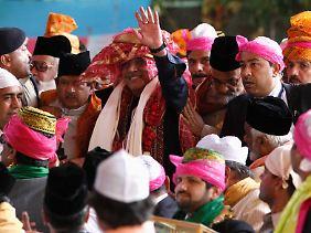 Nach seinem Treffen mit Indiens Staatschef besuchte Pakistans Präsidenti Zardari das Grabmal eines Sufi-Gelehrten.