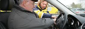 Autofahren kann mit zunehmendem Alter Probleme bereiten. Politiker wollen regelmäßige Tests, mindestens alle 15 Jahre.