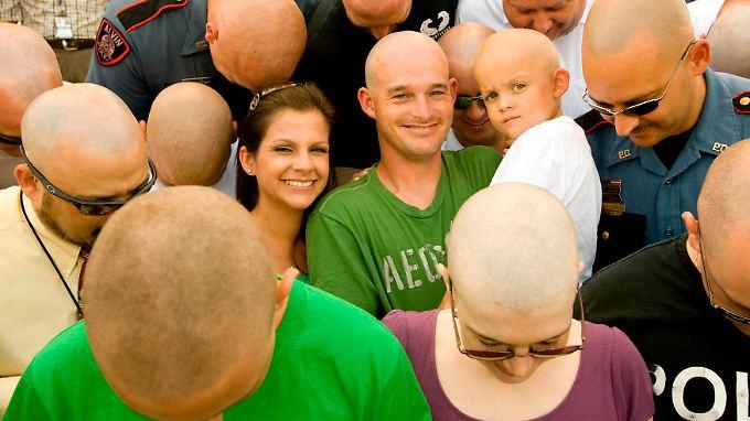 Mit einer außergewöhnlichen Aktion solidarisieren sich die Kollegen eines Polizeireviers in den USA mit dem Sohn von Erin Hill, Brian (3), der nach einer Chemotherapie seine Haare verlor.