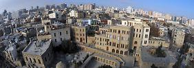 Vorne die Altstadt, hinten die modernen Hochhäuser: Baku ist reich an Geschichte - und so etwas wie ein Dubai am Kaspischen Meer.