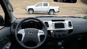 Die nüchterne Sachlichkeit eines Lastwagens herrscht im Cockpit des Hilux.