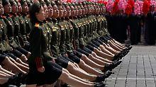 Militärparade im Gleichschritt.