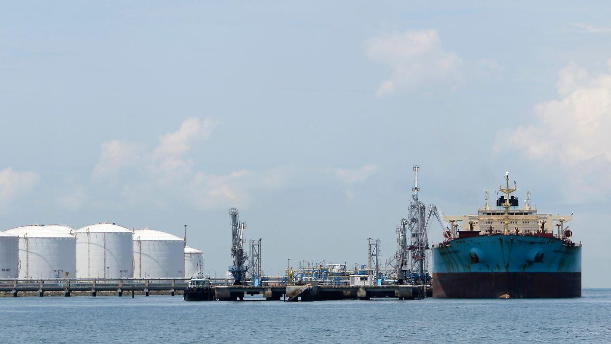 Um die Jahrhundertwende kamen noch viele Segelschiffe in der Petroleumfahrt gut ins Geschäft. Der einzige Siebenmastschoner der Welt, die