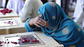 Flugzeugabsturz in Pakistan: Angehörige müssen Opfer identifizieren
