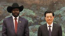 Der südsudanesische Präsident Kiier und Chinas Präsident Hu Jintao in der Großen Halles des Volkes in Peking.