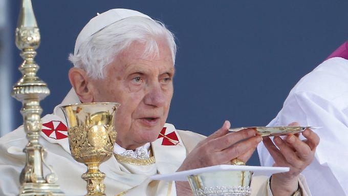 Papst Benedikt XVI. bei der Wandlung von Brot und Wein zu Leib und Blut.