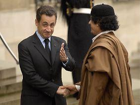 Im Dezember 2007 begrüßt der französische Präsident Sarkozy den libyschen Diktator Gaddafi im Elysée-Palast.