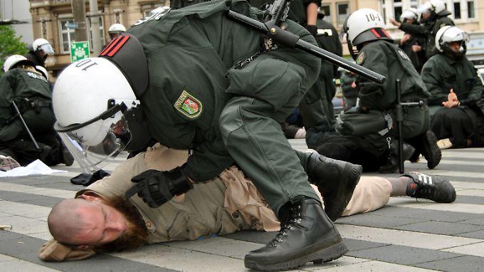 Mit Stöcken und Steinen gingen die Islamisten auf die Polizisten los, doch die brachten die Situation schnell unter Kontrolle.