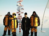Abenteuertourismus in Russland: Eine Touristengruppe trifft am Nordpol einen russisch-orthodoxen Priester. Viele russische Reiseanbieter haben Flüge zum Nordpol im Programm, wer will, kann auch mit dem Fallschirm abspringen.