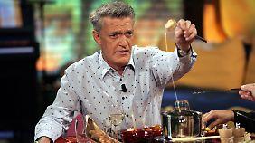 Der Schauspieler und Moderator Dieter Moor, Schweizer und Wahlbrandenburger, kämpft mit einem Käse-Fondue.